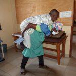 Dr. Schnell in der Manna Eye Clinic in Nkongsamba / Kamerun